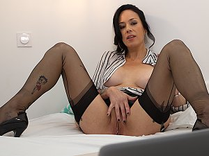 French Milf works her pussy during webcam sex